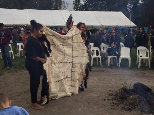 Melissa Wiya (L) and Aunty Trish Levett, with the Gundungurra cloak